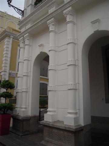 仁慈堂大樓_像竹節般的柱子但上方為希臘柱頭設計 (Small).JPG