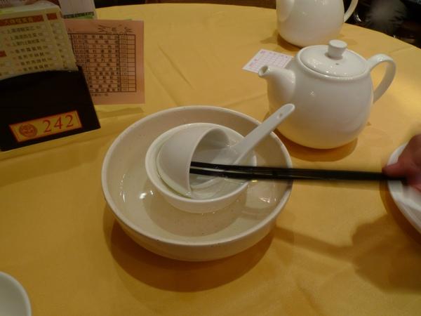 在香港的港式飲茶用餐時,一定要記得先清洗碗筷喔!