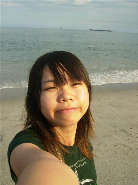 開心的跑到海邊準備睡覺