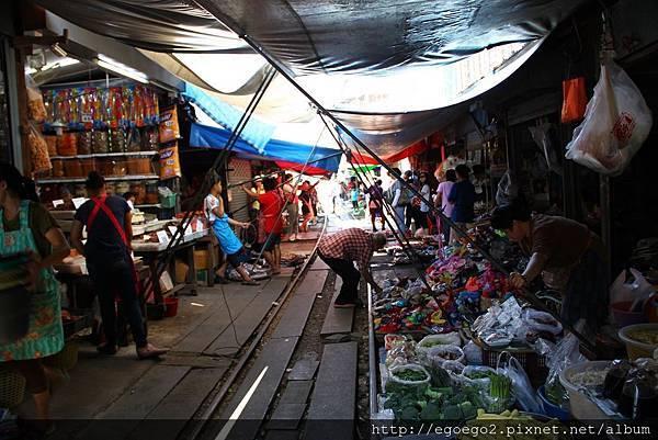 美功鐵道市集Mae Klong Railway Market (6).JPG