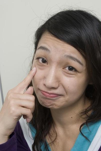 NG:一作表情,就呈現嚇人的咒怨型淚溝。.jpg