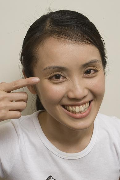 NG:眼窩太凹陷,讓Amy有三、四層眼皮。.jpg
