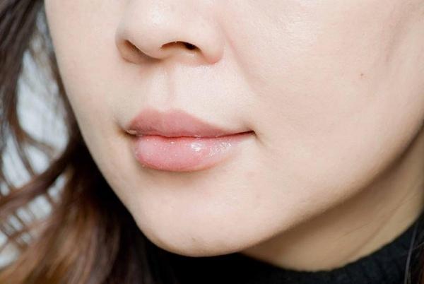 有了漂亮的下唇,光塗唇蜜就很美.jpg
