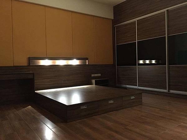 台南安南店提供-陳公館主臥-多功能收納床+鋁框拉門衣櫃+主人最愛的黃金色軟墊床頭背牆