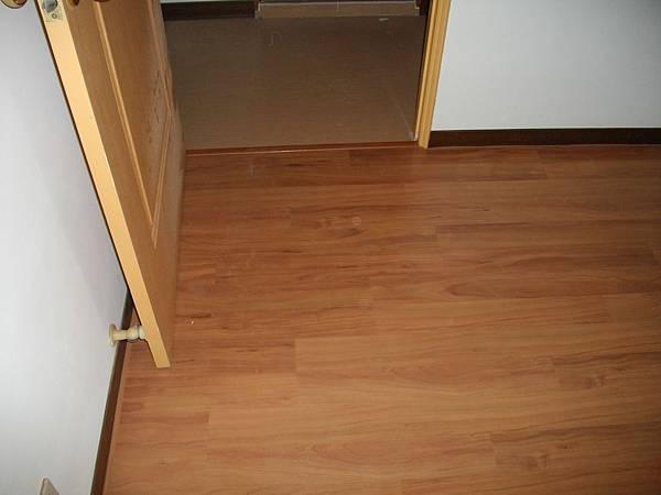 超耐磨地板鋪設1.JPG