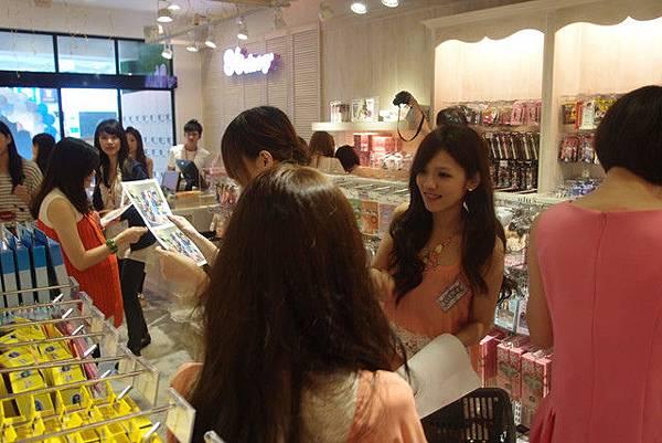 媽啊---一群正妹在86小舖士林店玩瘋了!! (27).jpg