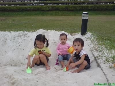 小人還是很愛玩沙