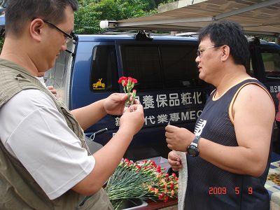 男士們準備包裝康乃馨