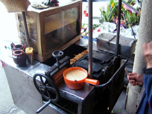 炭烤雞蛋糕台,下面是用真的炭火唷~.JPG