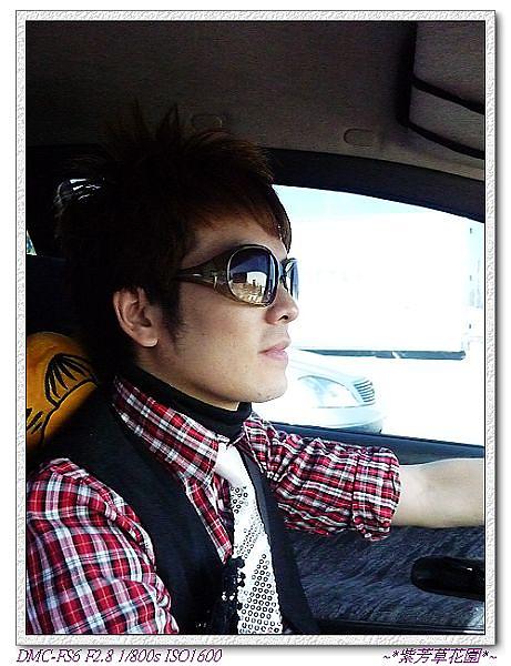 01 感謝晨軒開車,到竹北,也是有點距離~注意!他的亮片領帶超酷的!.jpg