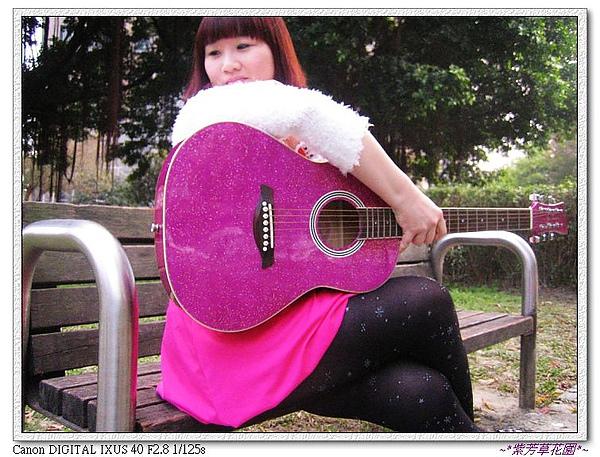 (2) 近看,可以發現小炫紫baby吉他真的是blingbling喔~.jpg
