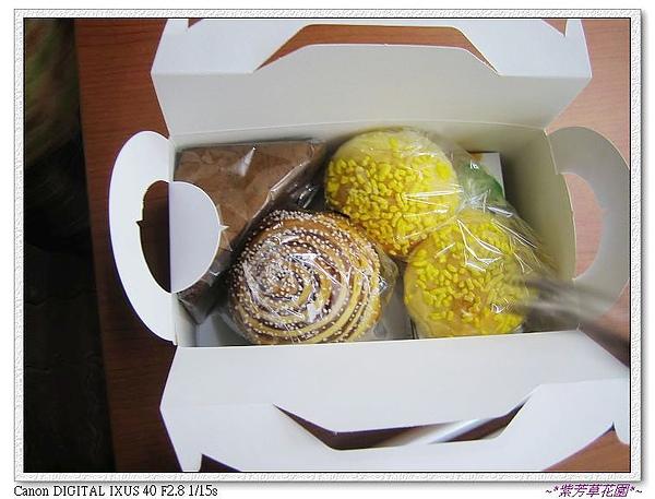 18 這是同學們為我準備的餐包,麵包的口味很棒耶~店在太平。.jpg