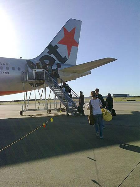 從小飛機的屁股登機