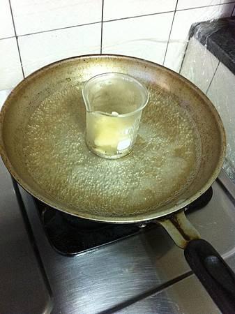 隔水加熱溶解蜜蠟