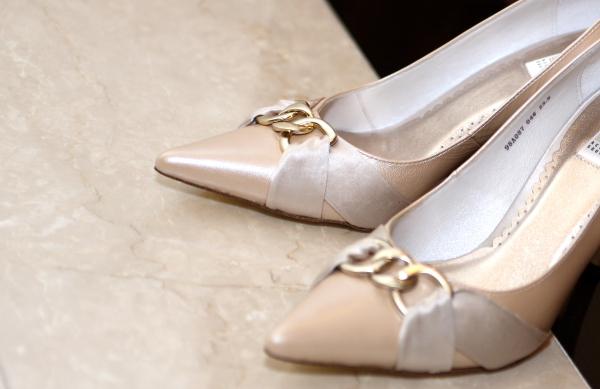 訂婚鞋(原本的鞋被E媽媽判不合格,這是訂婚前2天臨時買的)