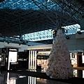 免稅店的Chanel剛好在辦活動,有一棵香奈兒白色聖誕樹唷