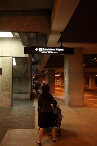 要去另一個航廈搭國內飛機(這是什麼大嬸站姿啊...=_=)