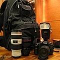 """專業背包、小小白、L鏡(廣角)、閃燈的大合照。各位以後看到相機鏡頭上有一圈紅線的都稱作""""L鏡"""",象徵鏡頭中的名牌貨!!!"""