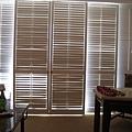 我很喜歡房間的白色遮陽百葉落地窗