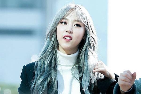 Moonbyul-Silver-Hair-1.jpg