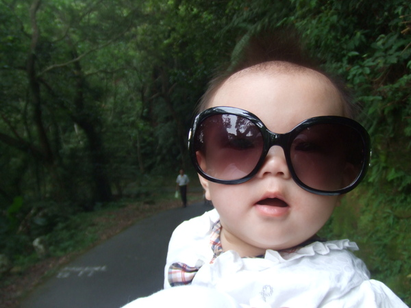 換妹妹來耍帥一下囉! 姑姑說我眼睛小, 戴個墨鏡擋個太陽吧!
