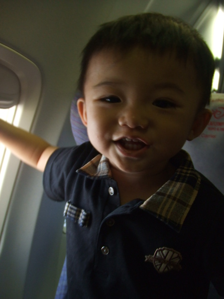 坐飛機囉! 好奇寶寶 JJ 超開心!