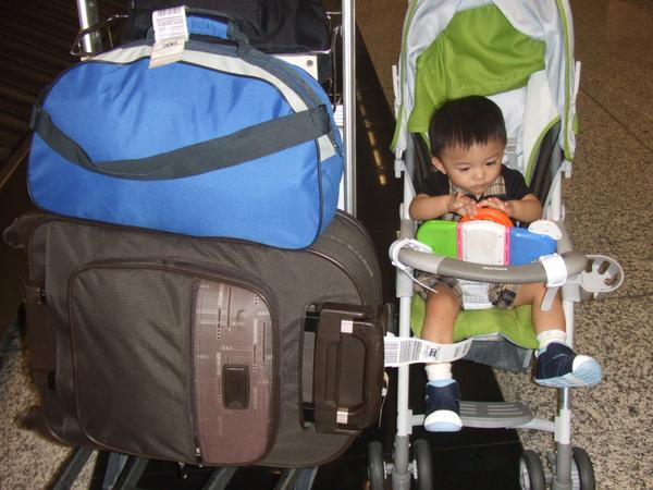 """領好行李了, 這一大一小共36公斤多呢! 旁邊的JJ 已經有點呈現""""呆呆""""狀態了, 愛睏囉!"""