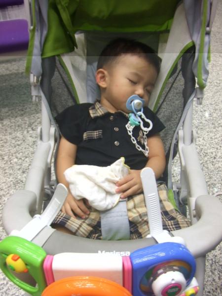 玩得筋疲力盡了! 等爸比的時候, 小JJ已經睡著囉!