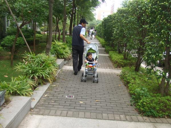 爸比放假囉! 星期天我們準備去深圳市的中信廣場逛逛囉!