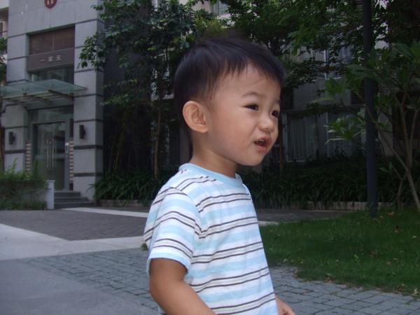 小JJ說什麼呀? JJ 最近很會講話, 除了學我說話, 還會自己說嬰兒語言! 呵~媽咪聽不懂啦!