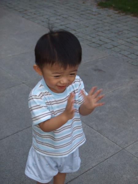 """媽咪說""""好棒""""的時候, 小JJ就會拍拍手唷!"""