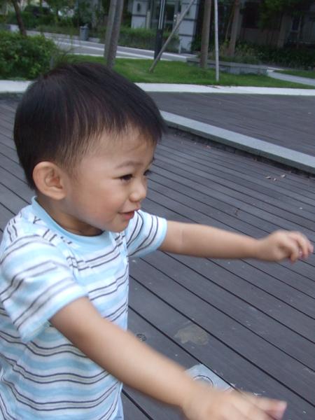 小JJ走上走下, 自己玩得很開心!