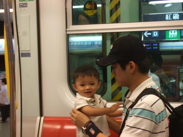 又到了爸比放假的時候囉! 我們要搭地鐵去香港囉!