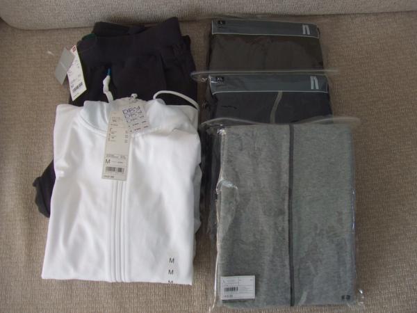 Uniqlo戰利品, 白色外套是我的, 其他運動褲是老公、姐夫、弟弟的!