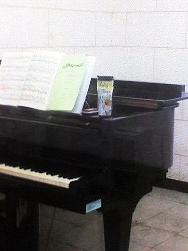 鋼琴上的水杯