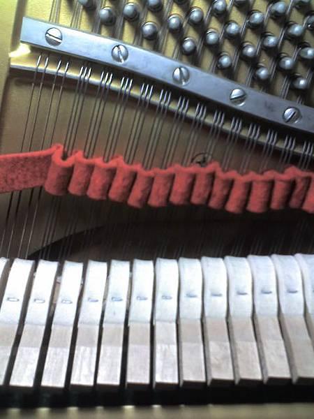鋼琴調音時,為什麼塞紅布1