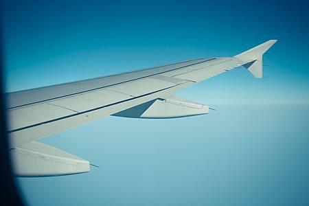 看機翼穿過白雲,劃下雪白的軌跡