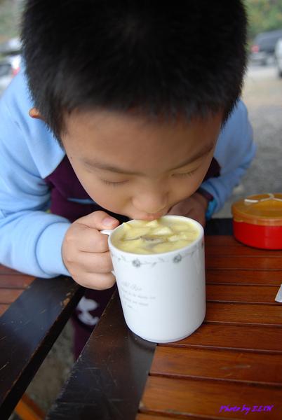990216-丞丞喝水果茶.jpg