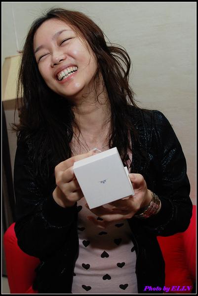 女主角看到鑽戒笑得更開心.jpg