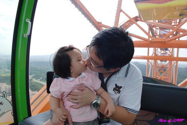 摩天輪-Amber與爸比親親.jpg