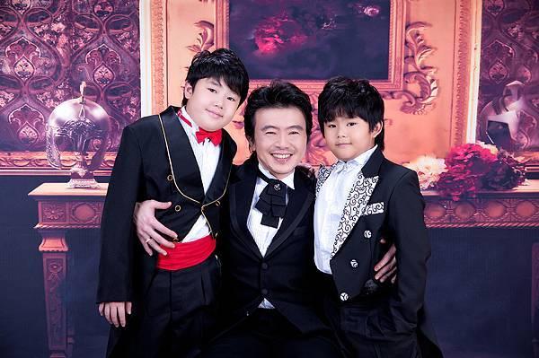 全家福照推薦照片-黑色禮服-3人-暗紅色背景