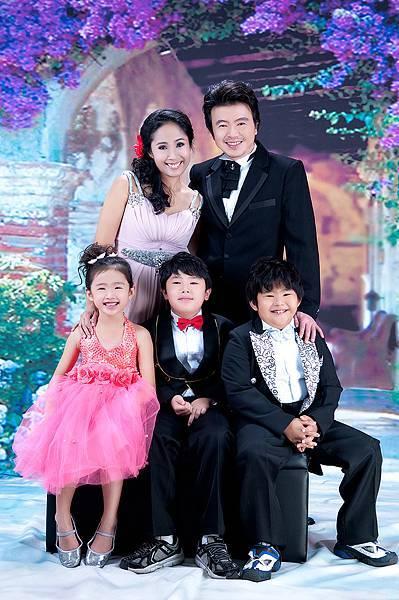 全家福照推薦照片-黑色禮服-5人-紫色花拱門背景