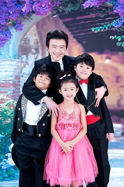 全家福照推薦照片-黑色禮服-4人-紫色花拱門背景