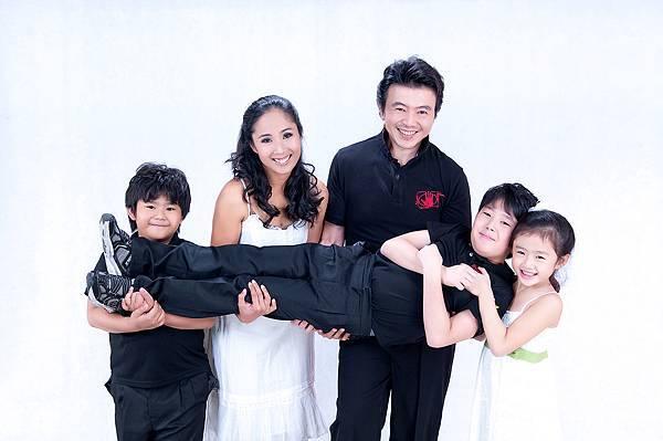 全家福照片-5人合照,白色背景,便服,抬小孩
