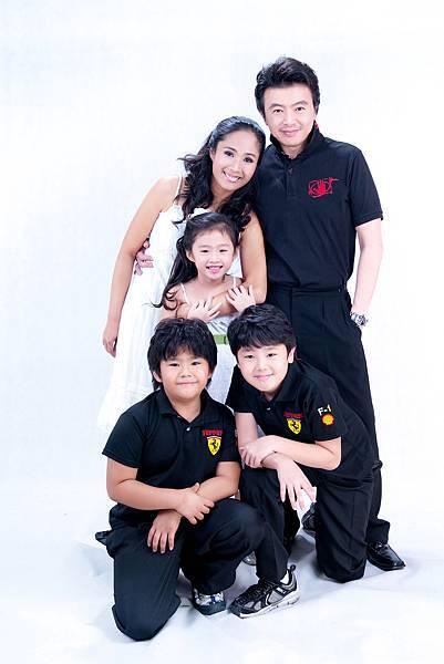 全家福照片-5人合照,白色背景,便服,活潑可愛