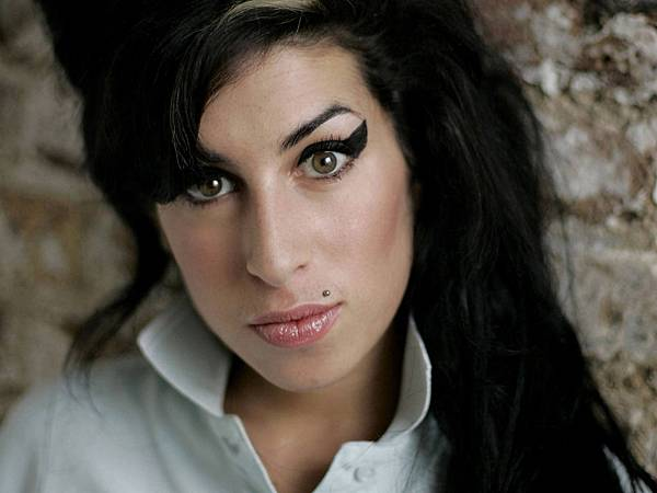 Amy_Winehouse_0001_1600X1200_Wallpaper.jpg