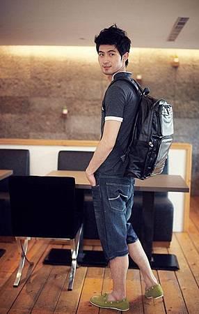 【型男最愛款】型男潮男養成班粉絲團要送潮流基本款仿皮革功能男後背包囉!