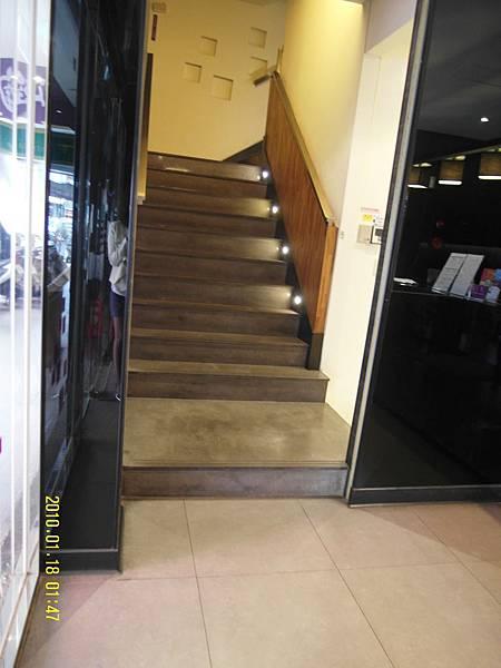 進入後左手邊,可搭乘電梯