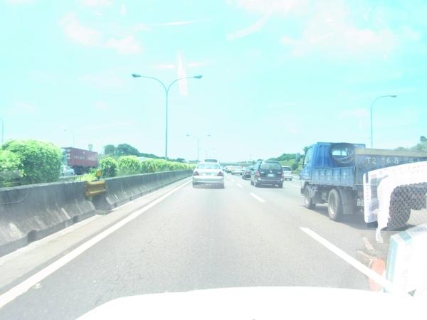 高速公路車多但順暢.JPG