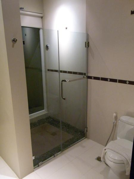 淋浴間 地上舖的是石頭 這感覺不錯.JPG